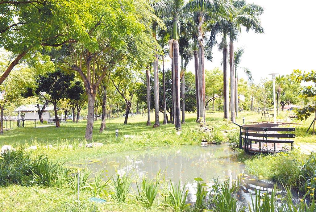 引進萬年溪水後的萬年公園,提供無障礙行人步道、舒適林蔭綠廊及水岸漫步的空間體驗。(林和生攝)