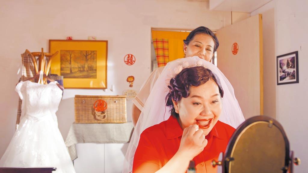鍾欣凌(前)在《我的婆婆怎麼那麼可愛》中,有一場降齡演出22歲新娘的戲。(公視提供)