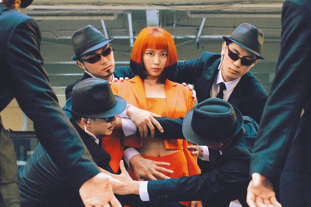 李芷婷(中)在新歌〈美麗舊世界〉中展現填詞、舞蹈才華。(唯有音樂提供)