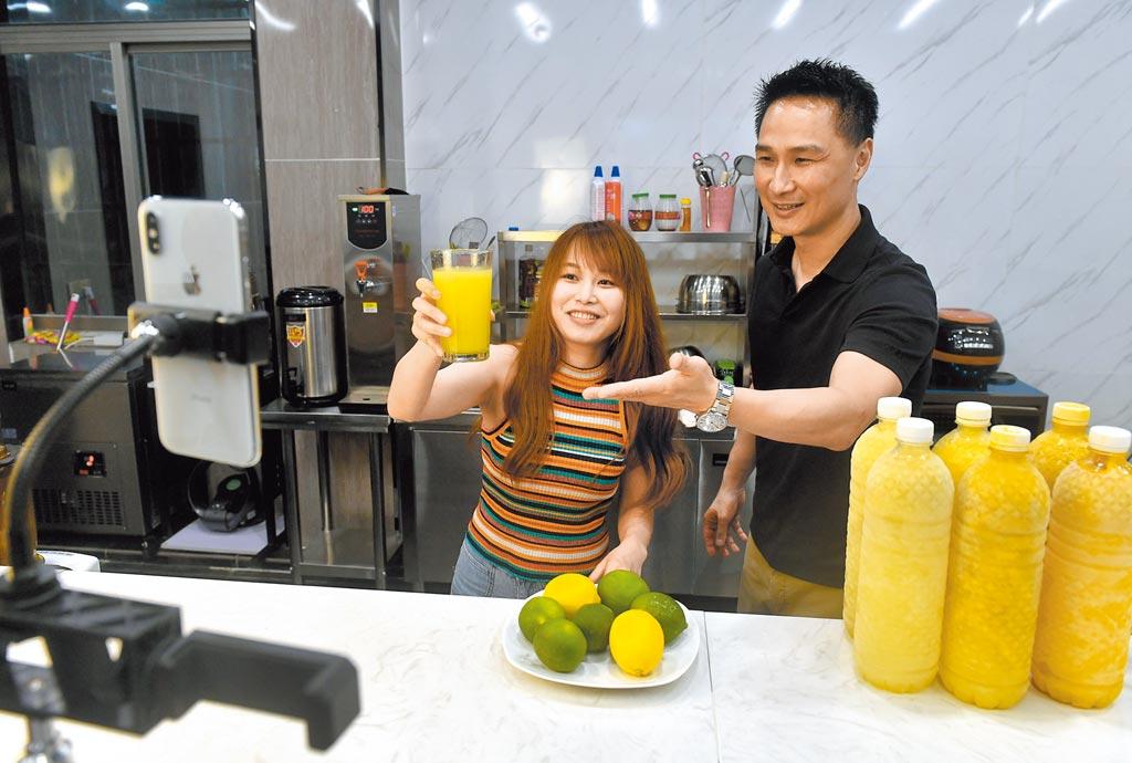 6月4日,福建福州,台青李正能(右)在為台灣美食做直播帶貨,受到網友歡迎。(中新社)