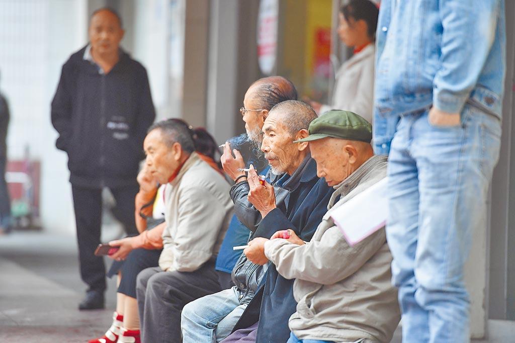 大陸人社部指參保基本養老保險是企業和職工義務,圖為2019年10月21日,重慶老人在街頭聊天。(中新社)