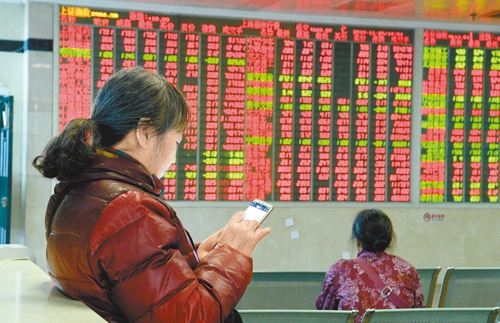 成都某證券大廳,股民使用手機查詢。(中新社資料照片)