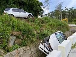 離譜!情侶吵架 男竟憤而將女方車子撞下山溝