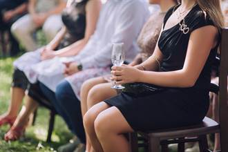 金髮女婚禮穿透視蕾絲洋裝 眾人全看傻