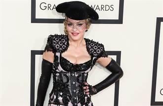 瑪丹娜脫了!裸上身自拍 61歲身材曝光