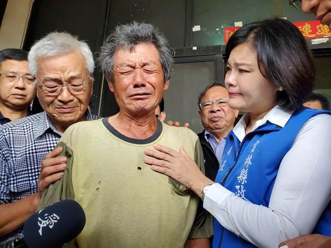 蔡父(左三)忽然想起今天是兒子的生日,自責又不捨痛哭起來。(周麗蘭攝)