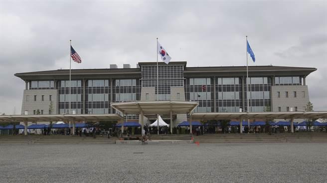 多名駐韓美軍涉嫌在釜山海雲台海水域場一帶,不僅不甩當地戴上口罩的要求,甚至對民眾肆意對民眾射煙火、扔擲鞭炮。圖為位於京畿道平澤市的駐韓美軍總部。(美聯社)