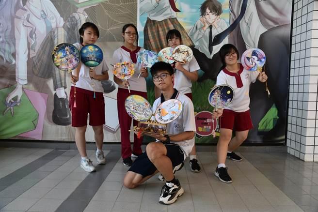 台南光華高中學生將古文融合藝術,推出「扇畫展」。(台南光華高中提供/李宜杰台南傳真)