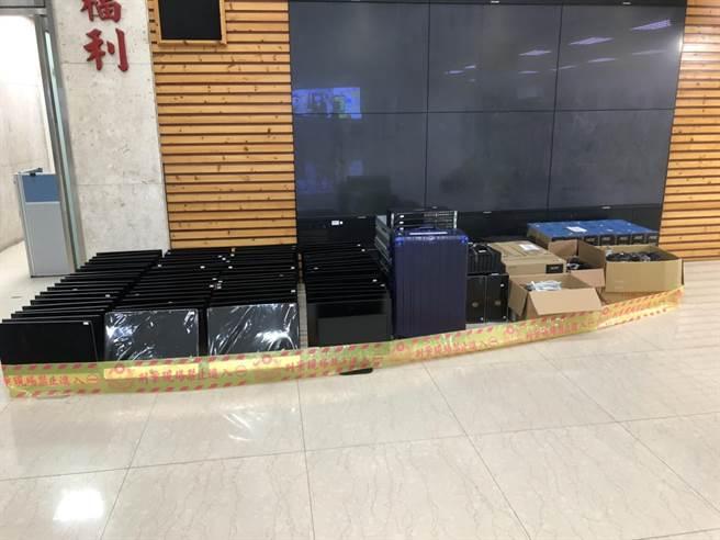 警方在科技公司查扣大批贓證物。(林郁平攝)