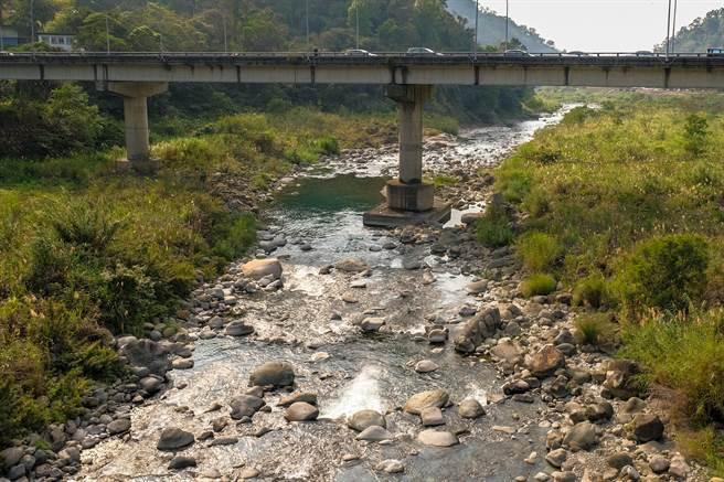 內灣大橋下油羅溪發生2位高中生溺斃事件,交旅處將該處納入竹縣第14處危險水域範圍。(羅浚濱攝)
