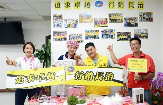長治鄉長古佳川(右二)找來屏東縣議員陳哲蕙(左)與屏東市民代表錢權宏(右),以直播方式行銷地方特產與美食。(林和生攝)