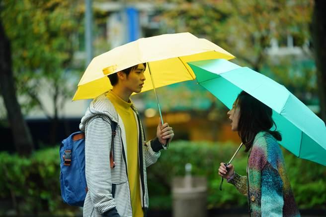 片中曹佑寧與陳妤在下雨的台北街頭大吵。(華映娛樂提供)