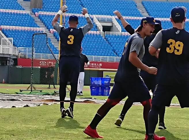 林智勝(背號3號) 重新一軍,與隊友賽前練習。(陳志祥攝)