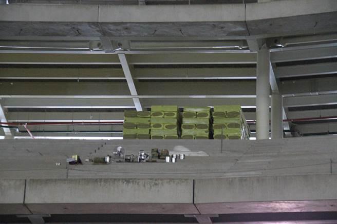 考察過程中議員也發現大巨蛋球場正施作帷幕牆的隔熱棉。(譚宇哲攝)