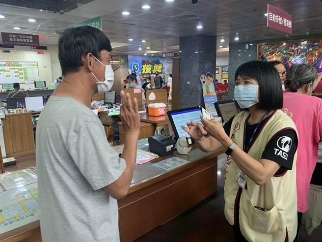 劉秀緞手譯資歷長達12年,2008年開始在門諾醫院擔任志工,幫助聾人問診。(羅亦晽攝)