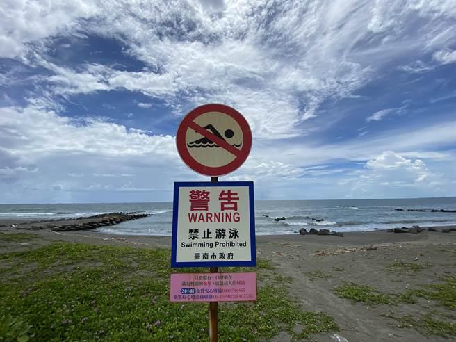台南市黃金海岸是不少民眾熱愛的戲水勝地,但因為突堤多、海象危險,海邊矗立「禁止游泳」的警告標語。(曹婷婷攝)