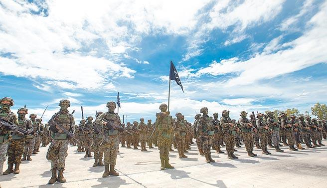 海軍陸戰隊副指揮官馬群超少將表示,陸戰隊步兵一直有操舟,還登陸過南沙太平島,圖為海軍陸戰隊九九旅步二營。(總統府提供)