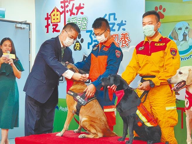 全台共有6隻搜救犬通過搜救犬認證的最高殿堂MRT,內政部長徐國勇6日替6隻搜救犬授階,官階最高2線1星。(葉書宏攝)