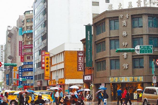 曾经重庆南路传统书店林立,如今连台湾商务印书馆也改装成商旅了。(资料照)