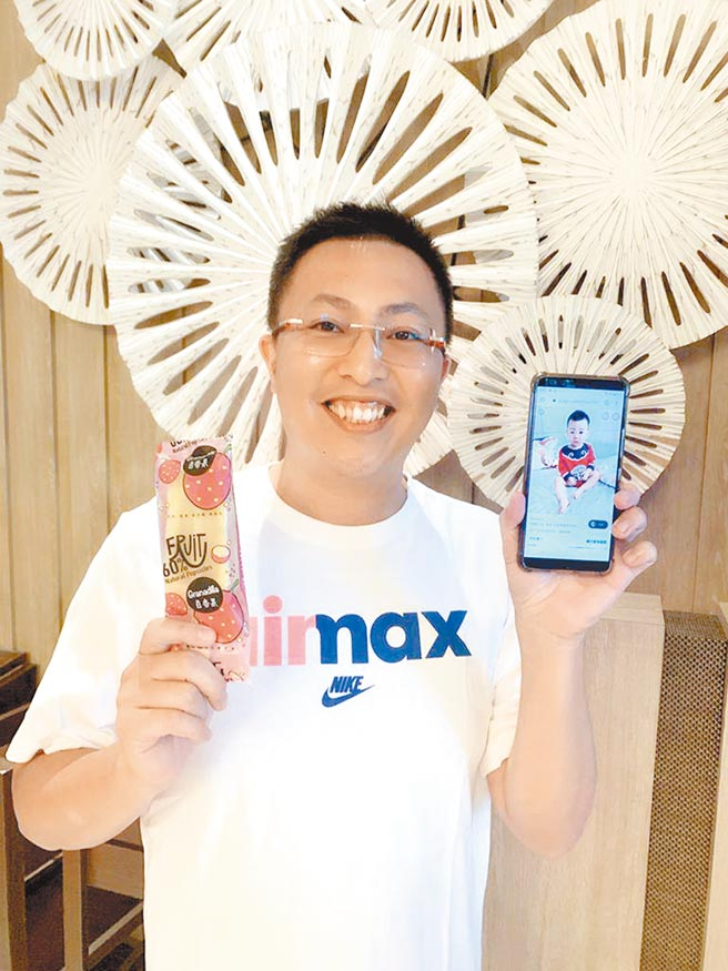 YouTuber蔡阿嘎將於21日包下機捷A2三重站為兒子蔡桃貴慶生,新北市議員王威元將於當天發送2000支冰棒,也將串連商家推出「買一得三」的公益活動。(戴上容攝)