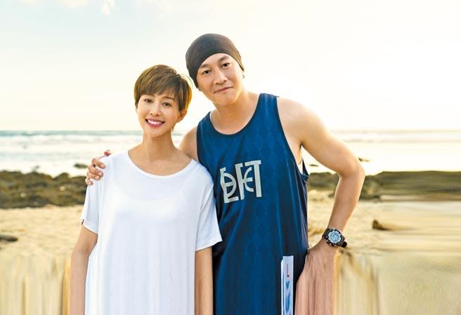 張鈞甯(左)以超短髮造型,力挺好友何潤東執導的新戲《誰在你身邊》。(頤東娛樂提供)