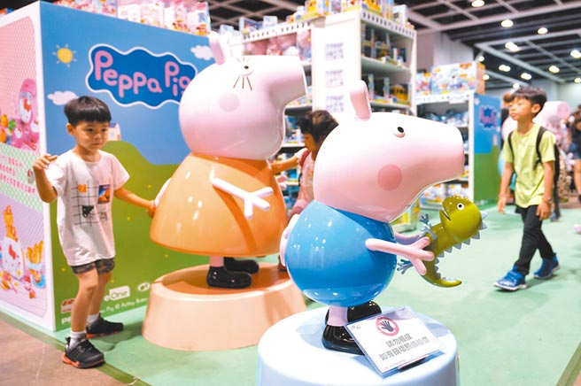 大陸「618」購物節,潮流玩具成長是去年同期12倍。圖為2019香港玩具節,小豬佩奇吸引小朋友。(中新社)