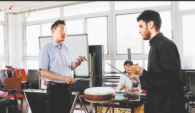 文昊(右)向王文磊(左)学习京东大鼓。