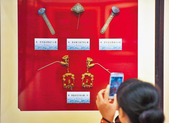唐代诗人白居易在《长恨歌》一诗中描述了杨贵妃头戴「金步摇」的华贵之美。「步摇」是古簪的一种,出现于夏商时期,流行于盛唐。图为精美的清代各式头簪。(中新社)