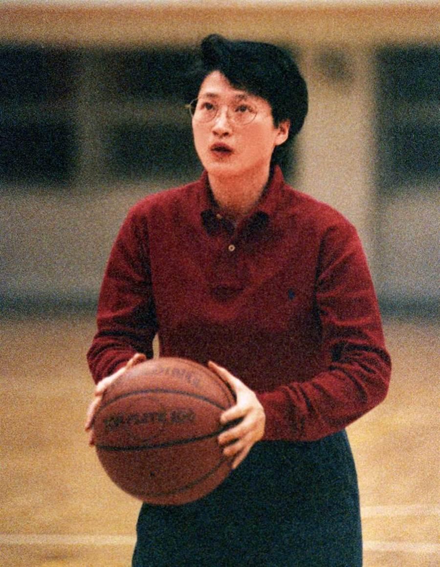 嚴陳莉蓮曾是中華女籃的主力前鋒,也是得分王。圖為嚴陳莉蓮1994年球場英姿。(圖/報系資料庫)