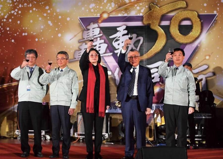 今年初,中華汽車在桃園楊梅廠舉辦尾牙,嚴陳莉蓮與裕隆集團老臣林信義共同出席。(圖/報系資料庫)
