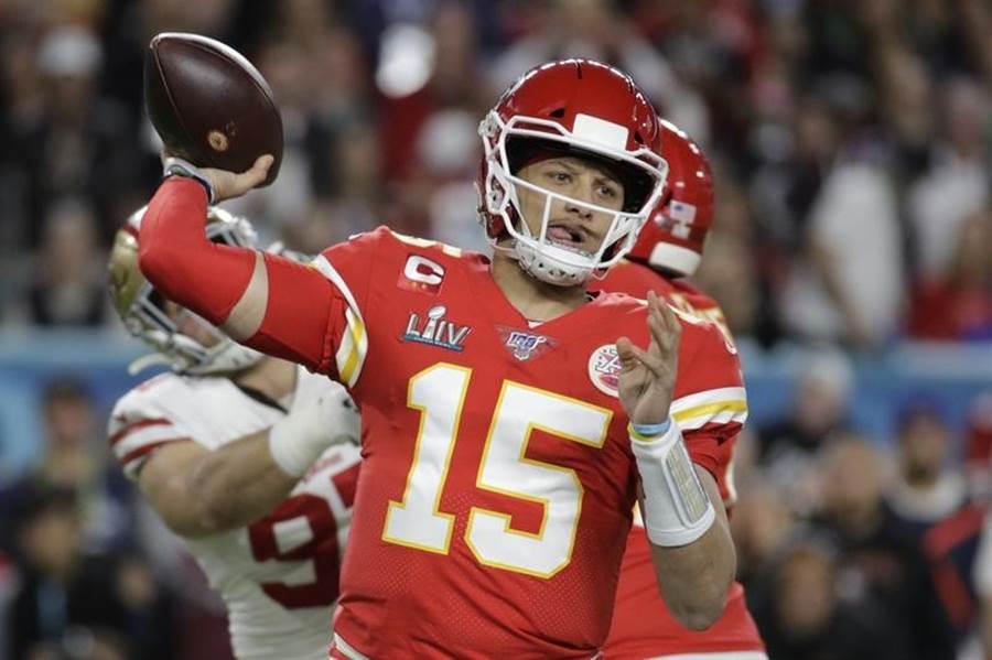 NFL今年超級盃MVP馬霍莫斯與酋長隊續約10年4.5億美元。(美聯社資料照)