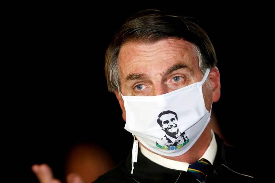 巴西總統波索納洛(Jair Bolsonaro)驚傳發高燒至攝氏38度,當地時間6日他戴著口罩告訴聚集在總統府外的支持民眾,自己剛做完新冠病毒檢測,「肺部很乾淨,一切都好」,不過也警告民眾不要靠近他。(資料照/路透社)