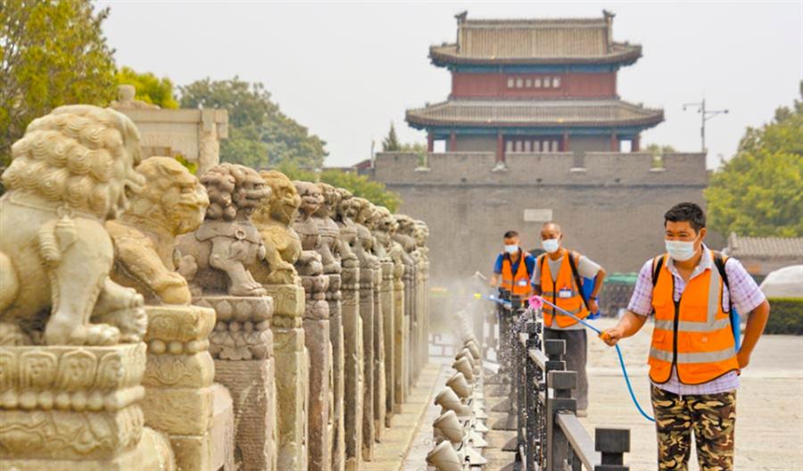 7月4日,北京豐台展開環境消毒,防疫人員在盧溝橋景區進行消毒殺菌工作。(新華社)