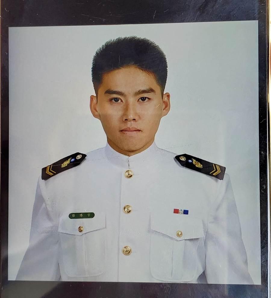 服役於陸戰99旅2營的蔡博宇,4日參加漢光演習操演因膠艇翻覆落海罹難。(家屬提供/周麗蘭翻攝)