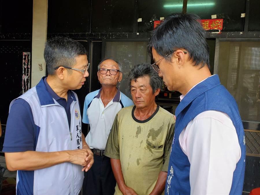 蔡博宇父親(左三)神情木然,右為縣議員李明哲前往探視。(周麗蘭攝)