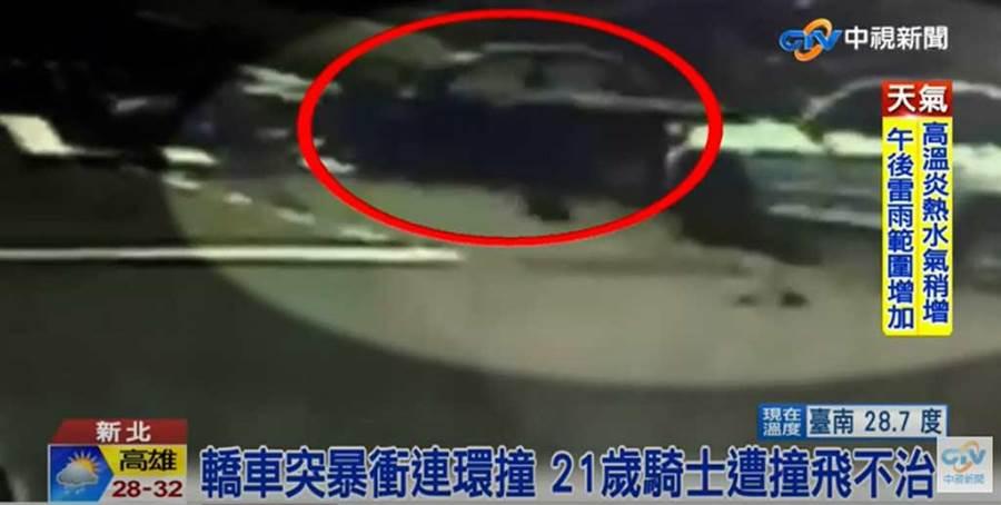 78歲阿嬤開的黑色轎車突然竄出,先撞銀色百萬名車,再將機車騎士撞飛。(截自中視新聞畫面)
