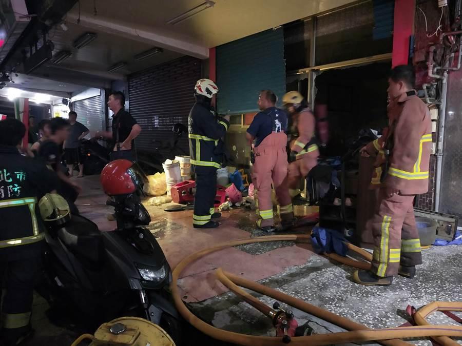 新北市前(5日)晚間傳火警,警消破門而入竟發現1歲嬰兒被獨自遺留在家中。(圖/翻攝消防局)