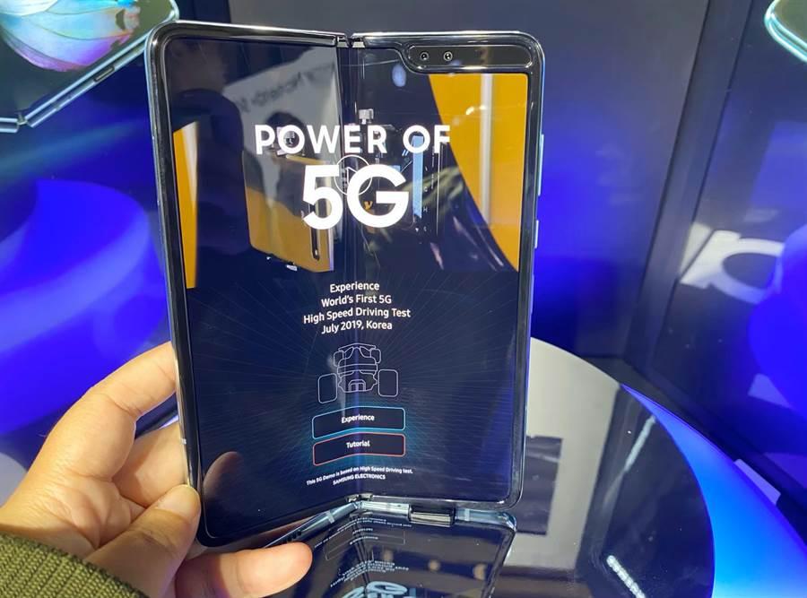 圖為三星Galaxy Fold可摺疊螢幕手機。(黃慧雯攝)