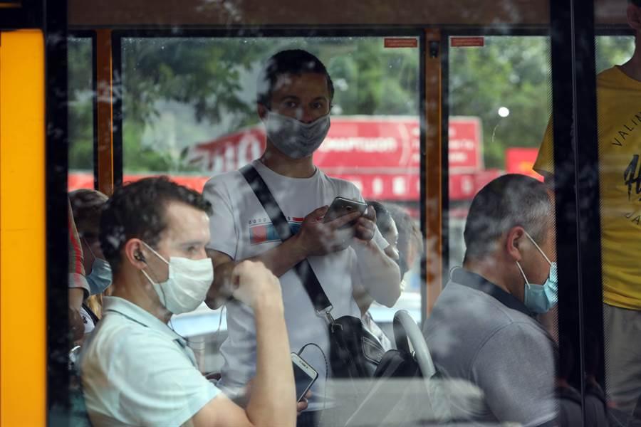 許多國家規定民眾搭乘公車要配戴口罩。(圖片來源/達志影像shutterstock提供)