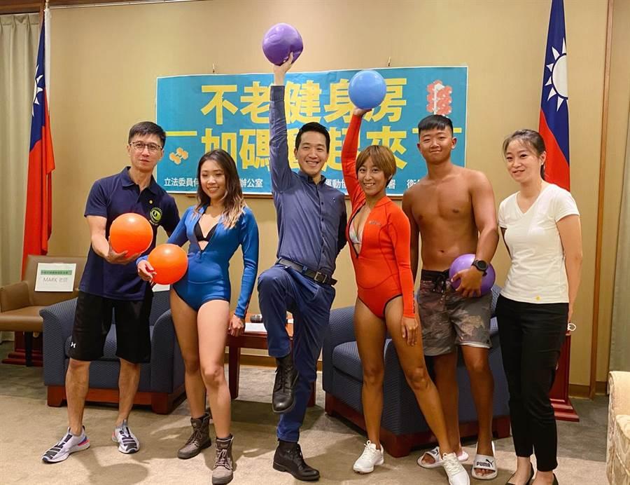 民進黨立委何志偉(左三)。 (吳家豪攝)