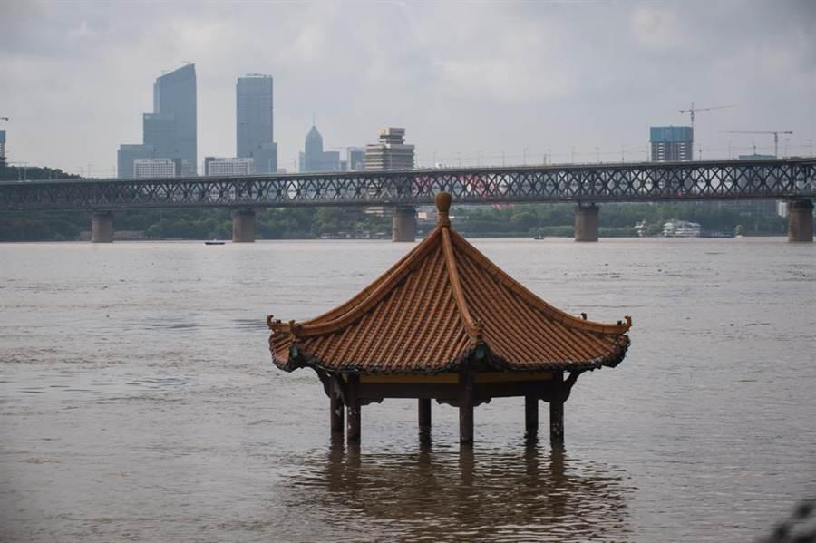 長江中下游水位超出警戒,至今經濟損失已超過400億元人民幣。(新華社)