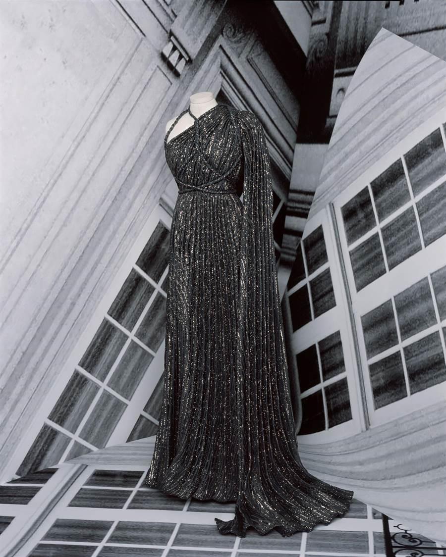 DIOR女裝設計師Maria Grazia Chiuri在高訂服融入經典褶襉的時尚元素。(DIOR 提供)
