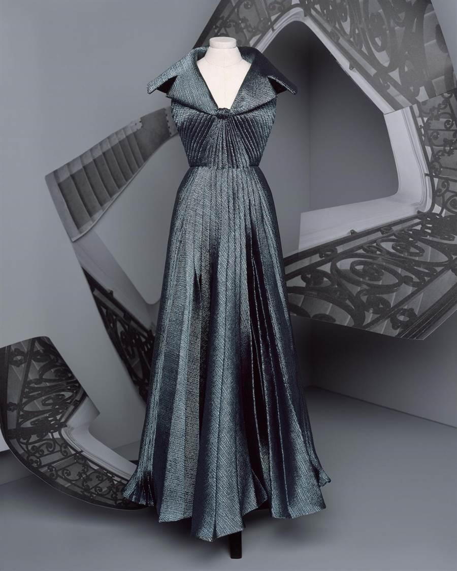 DIOR女裝設計師Maria Grazia Chiuri在高訂服融入經典褶襉的時尚元素。(DIOR提供)