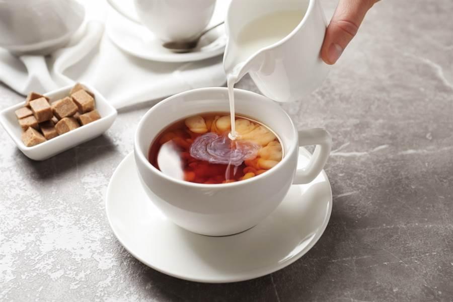 對於美國網友誤認傳統英國茶泡法完全誤解,英國駐美大使特別請了英國海空陸三軍示範在野外、船艦與軍機上的正確泡茶方法。(示意圖/達志影像)