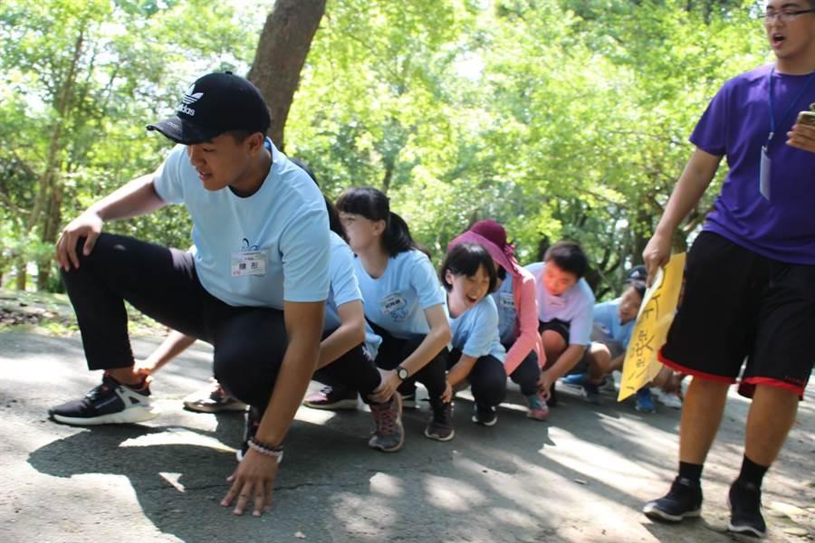 走跳農村夏令營結合營隊闖關競賽,提供青少年暑假戶外休閒體驗,從中引發留農興趣。(台中市農會提供/王文吉台中傳真)