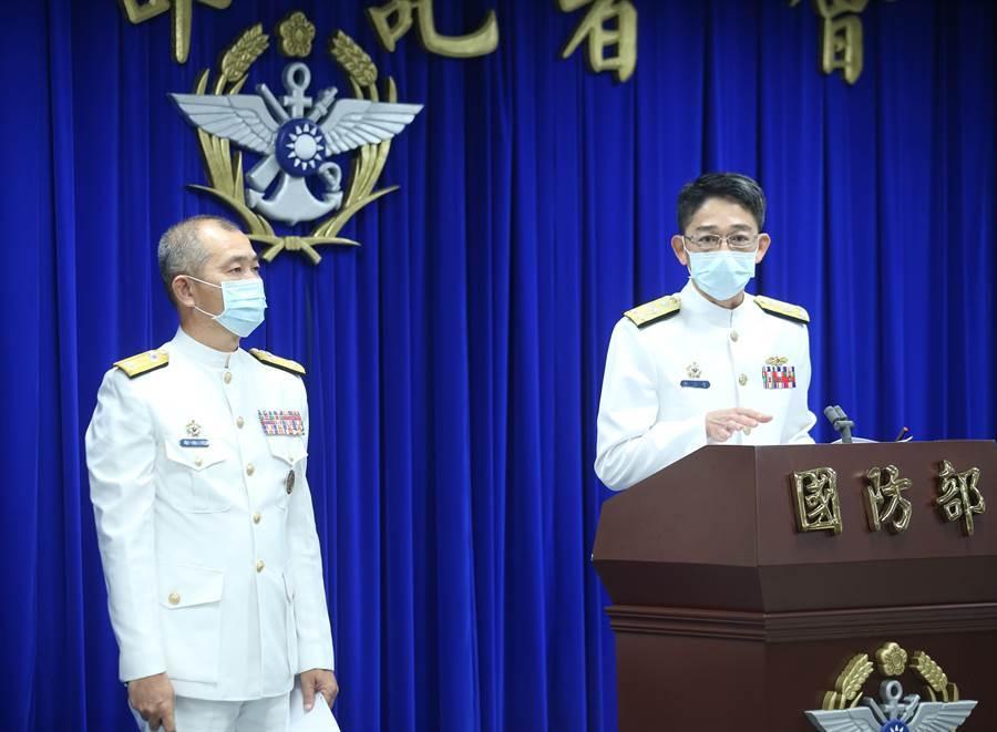 海軍參謀長敖以智中將(右)補充表示,8艘參與演練的突擊艇在7點47分已經下水編隊,並在8點40分出發執行演練,圖左為陸指部副指揮官馬群超少將。(陳怡誠攝)
