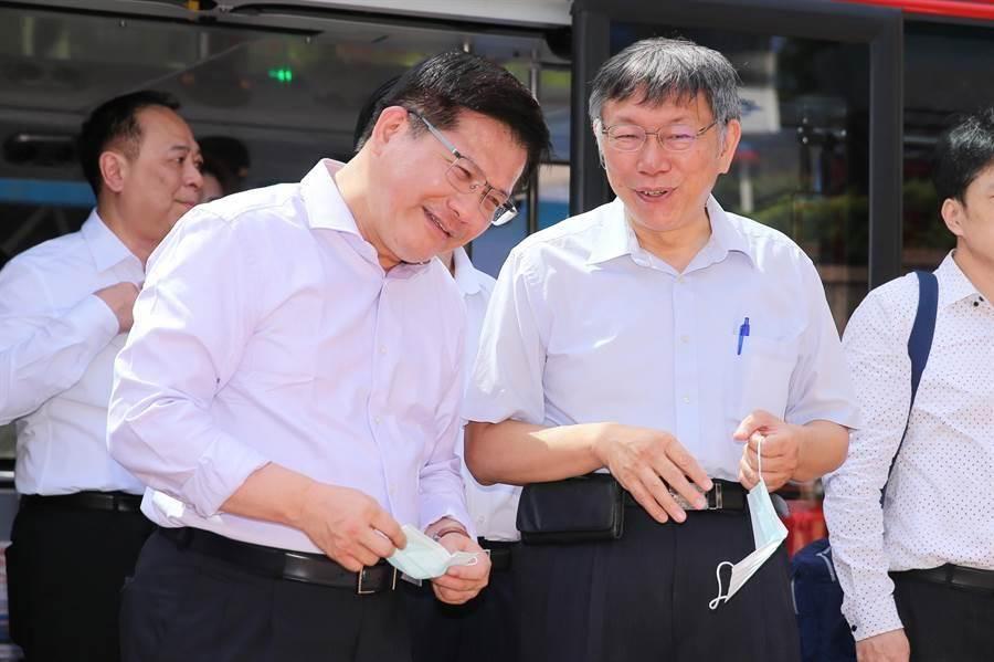 交通部長林佳龍(左)、台北市長柯文哲(右)一同推銷北市雙層觀光巴士。(黃世麒攝)