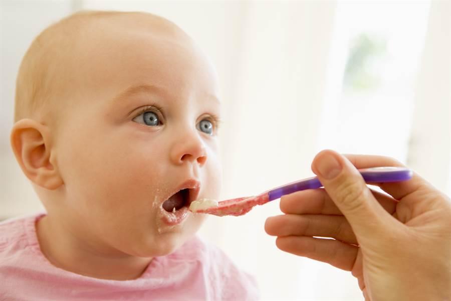 史上最小! 4月大男嬰吃菜泥稀飯 肉毒桿菌中毒。(示意圖 達志)
