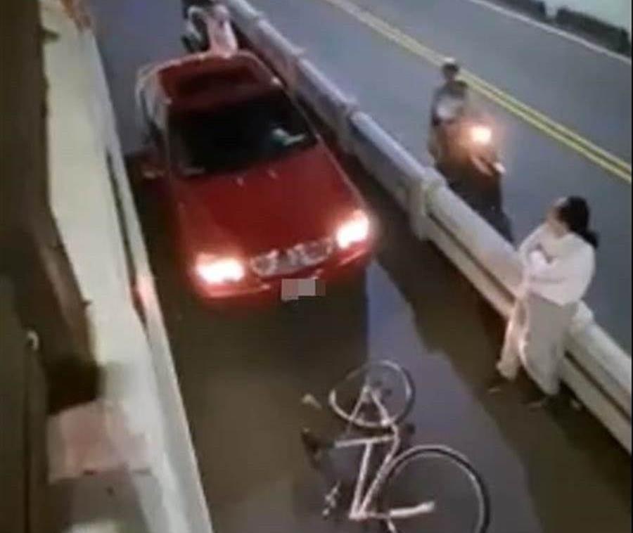 事故發生當下,綁馬尾的羅姓男子下車等候警方前來處理,但附近居民看不下去直接站在地下道陸橋邊破口大罵、圍剿車主。(摘自臉書/謝瓊雲彰化傳真)
