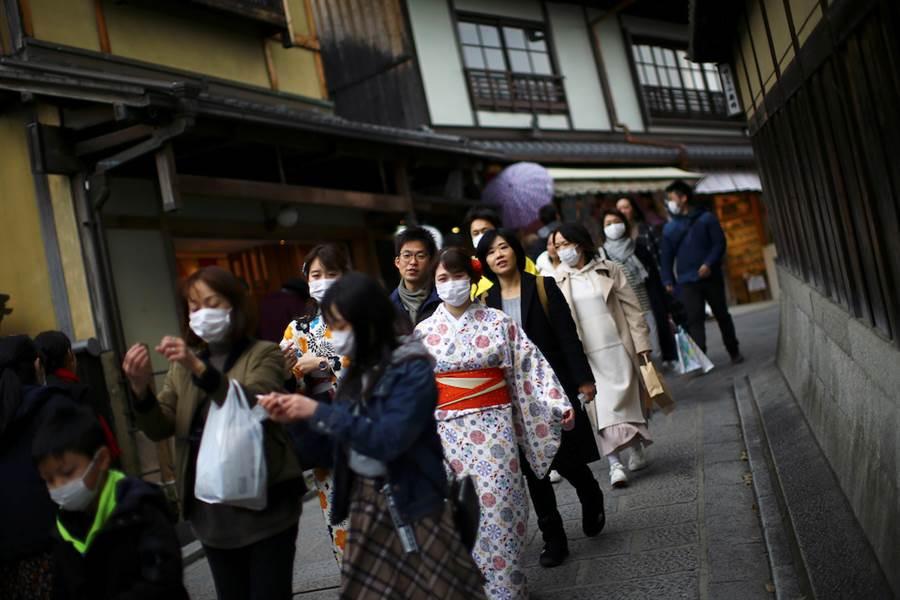 京都祇園街頭3月時觀光客都主動戴上口罩。(美聯社)